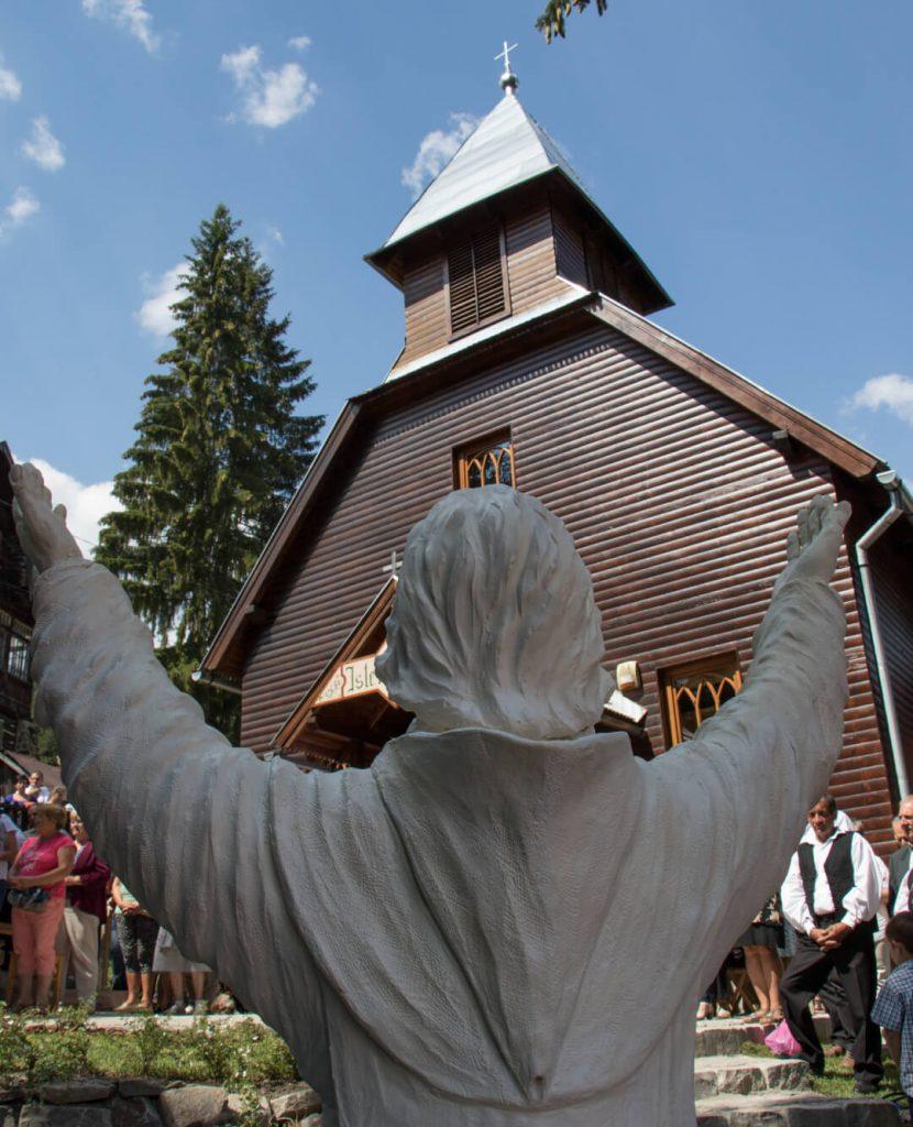 Boldog Özséb szobor a Szent István templommal szemben